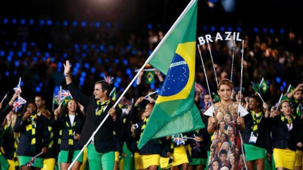 rodrigo-pessoa-carrega-bandeira-do-brasil-na-abertura-dos-jogos-olimpicos-de-2012-em-londres-1468800432214_v2_900x506