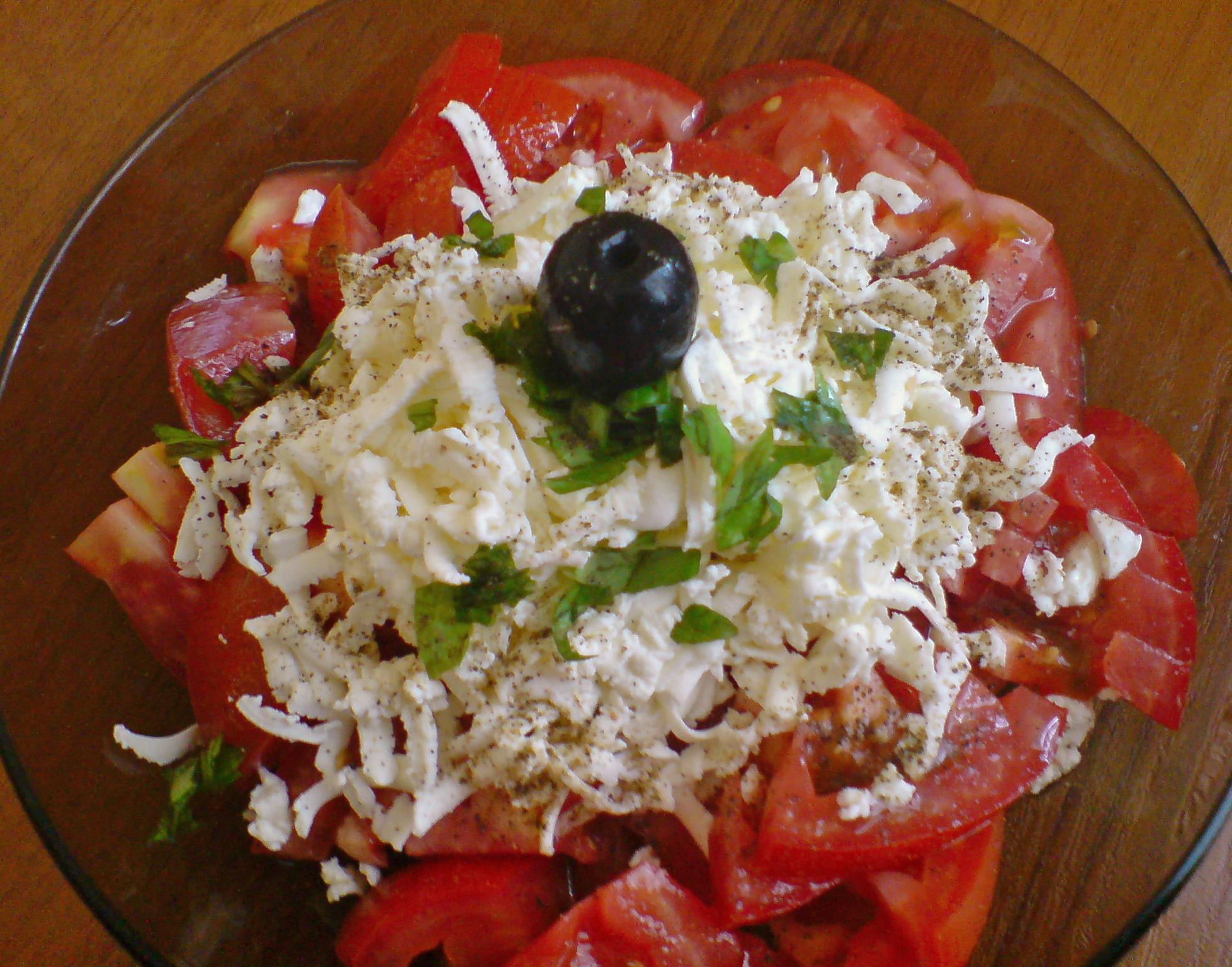 Салата домати с пресен босилек
