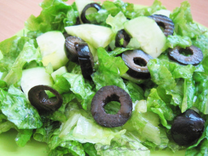 Зелена салата с краставици и маслини