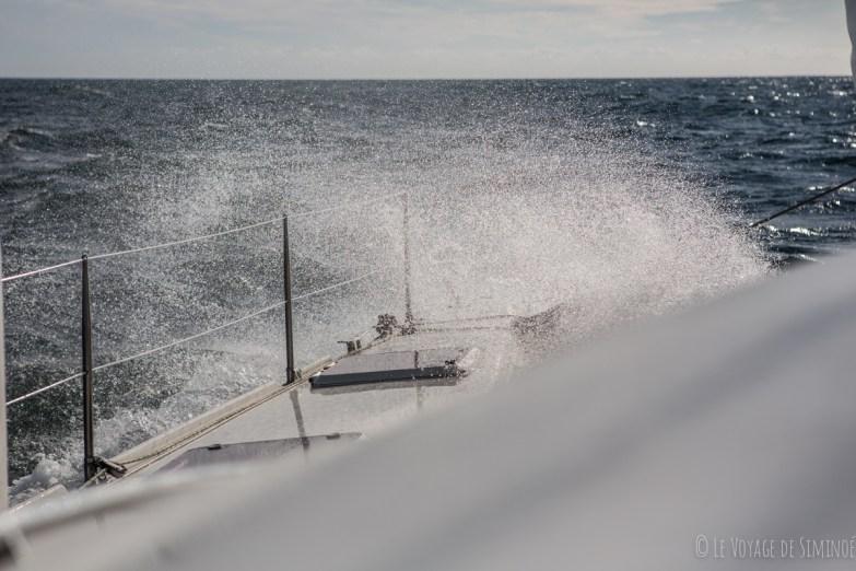 gerbes d'eau à l'avant du bateau