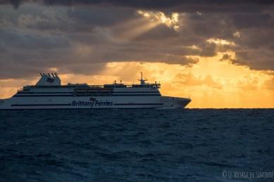 un ferry au lever du jour