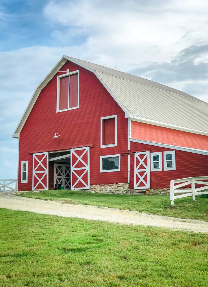 Picture of a red barn