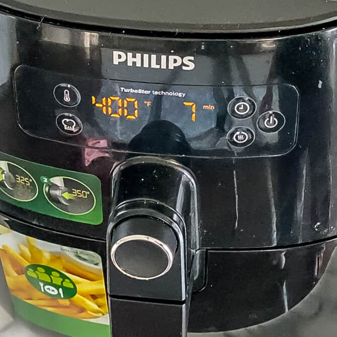 The air fryer set to 400°F with a 7 minute timer.