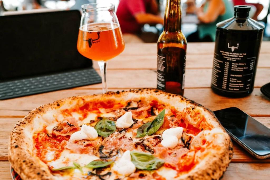 Der-Kampf-des-Wohlstandsmenschen-Pizza-Wein