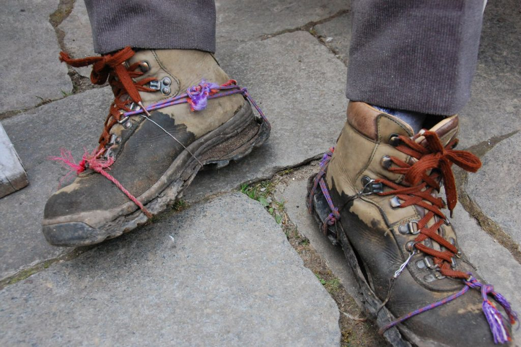 Schuhwahl-Schuhe-nur-welche-geflickte-Trekkingsschuhe-Nepal