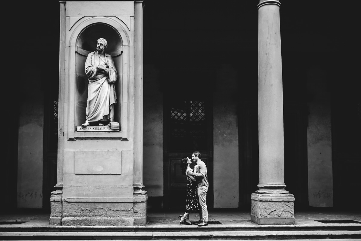 couple photoshoot in Florence uffizi gallery