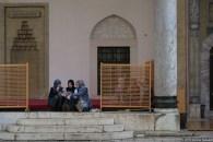 Persone nel cortile della moschea