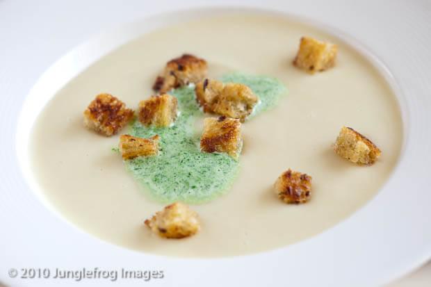 Pastinaak soep met peterselieroom en croutons | simoneskitchen.nl