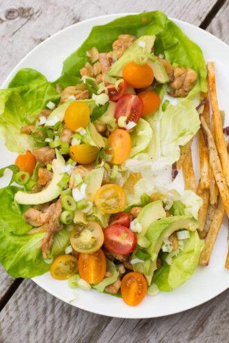 Kip salade wraps met zoete aardappel friet