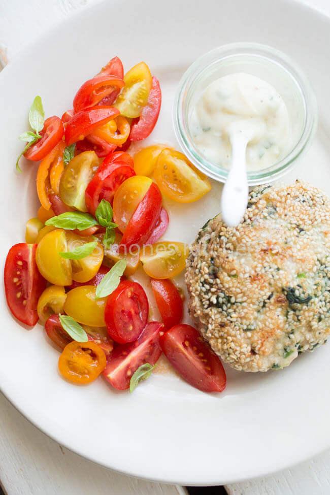 kipburger met tomatensalade. Whole30 recepten | simoneskitchen.nl