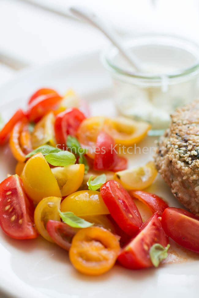tomatensalade met een kipburger. Whole30 recepten | simoneskitchen.nl