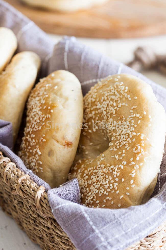 Mandje met vers gebakken bagels   simoneskitchen.nl