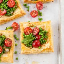 Bladerdeeg taartje met artisjok, feta en tomaat