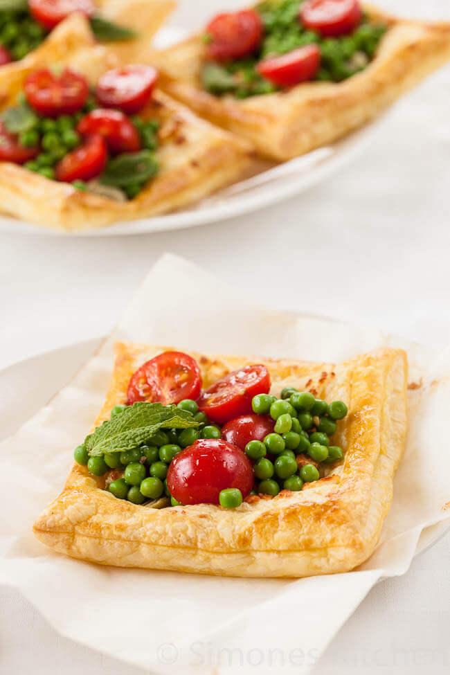 Hartige taartjes met feta, artisjok en tomaat
