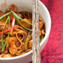 Sticky kip met chili noodles | simoneskitchen.nl