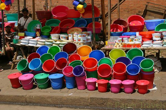Kleurige emmertjes op de markt in Madagaskar
