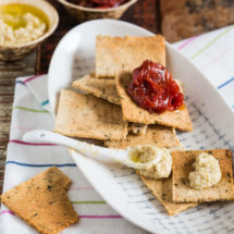 Kruiden crackers. Glutenvrij en whole30 approved | simoneskitchen.nl