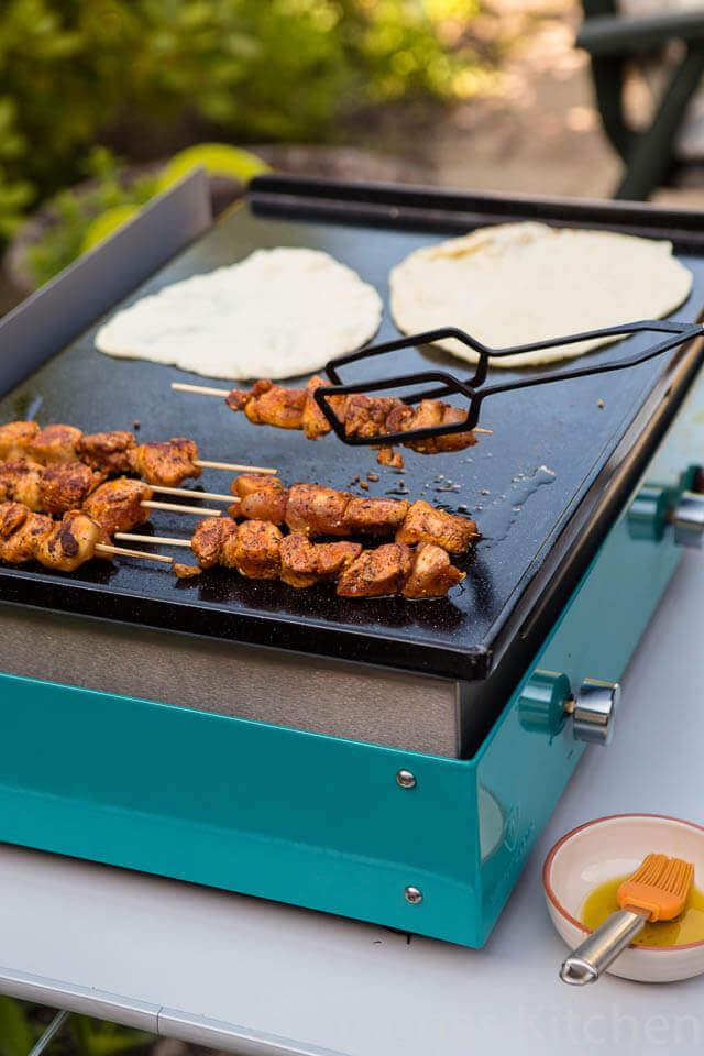 bak je kipspiesjes en de tortilla's samen op de plancha | simoneskitchen.nl