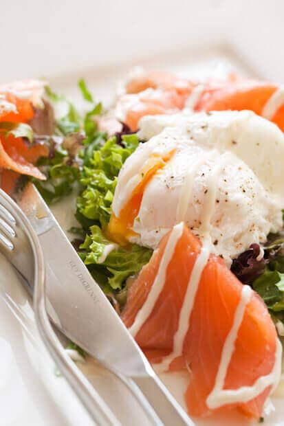 Salade met gerookte zalm en gepocheerd ei