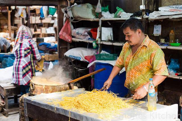 Verse noodle man op markt Takengon | simoneskitchen.nl