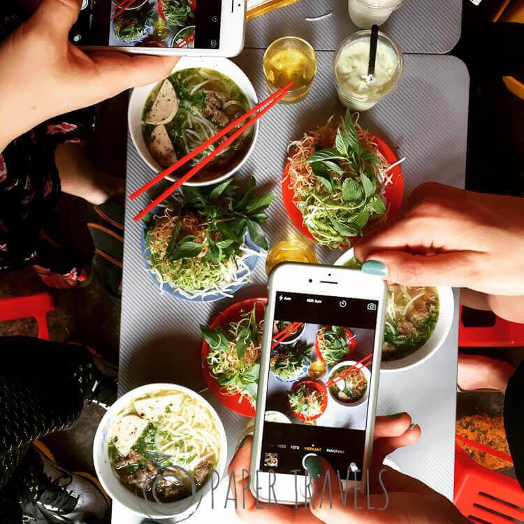 Lekker eten op reis. Kommetjes met pho van bovenaf