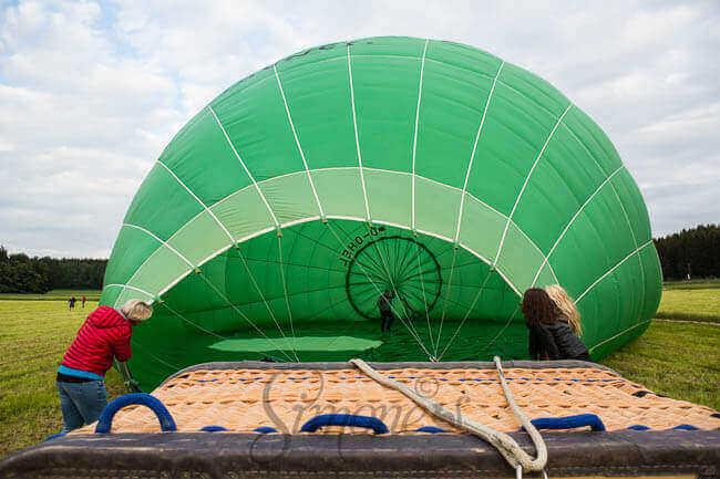 De ballon moet zich eerst vullen met koude lucht