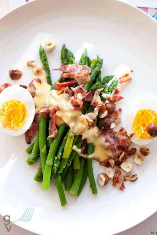 Groene asperges met bacon en hazelnoten