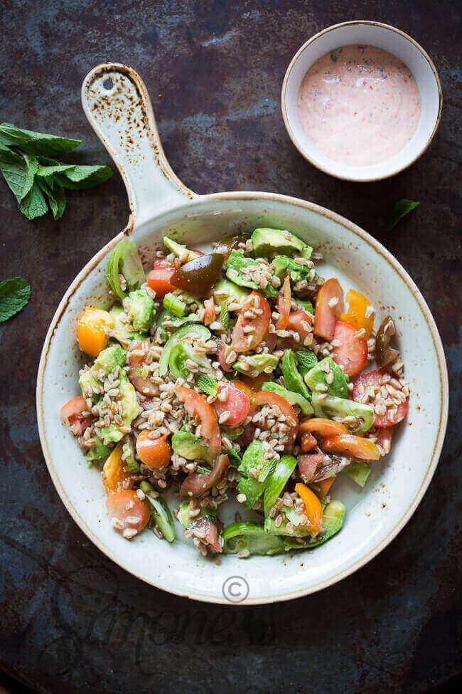 Farro salade met avocado en tomaat   simoneskitchen.nl