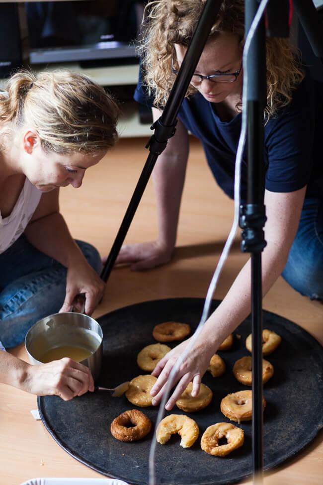 Alex en jessica bezig met het stylen van de donuts