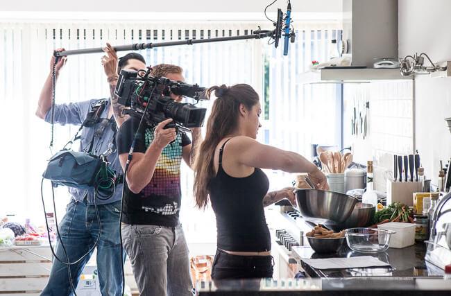 En zo staat er dan ineens een hele filmploeg in je keuken