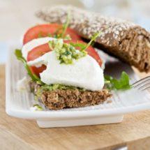 Mozzarella en tomaat sandwich met pesto | simoneskitchen.nl