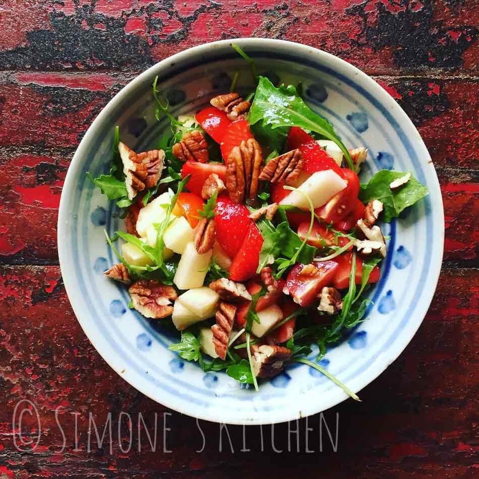 Salade met aardbeien, tomaat en nootjes