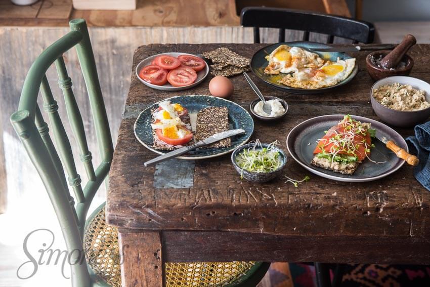 gebakken-eieren-gekookt-ei-en-hummus