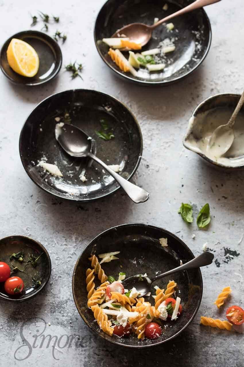 Lege bordjes pastasalade