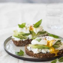 ricotta toast met gepocheerd ei en avocado | simoneskitchen.nl