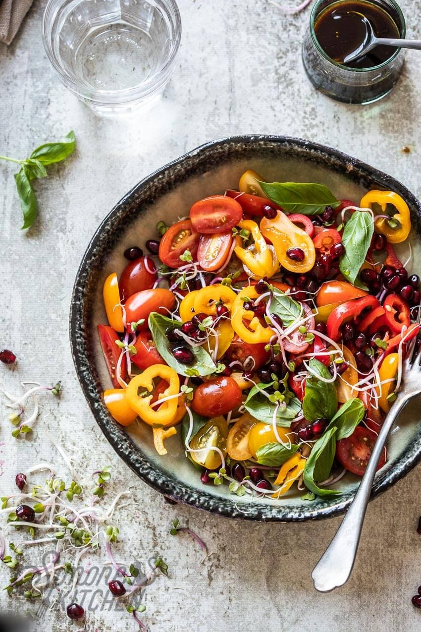 Tomaten paprika salade met granaatappel | simoneskitchen.nl