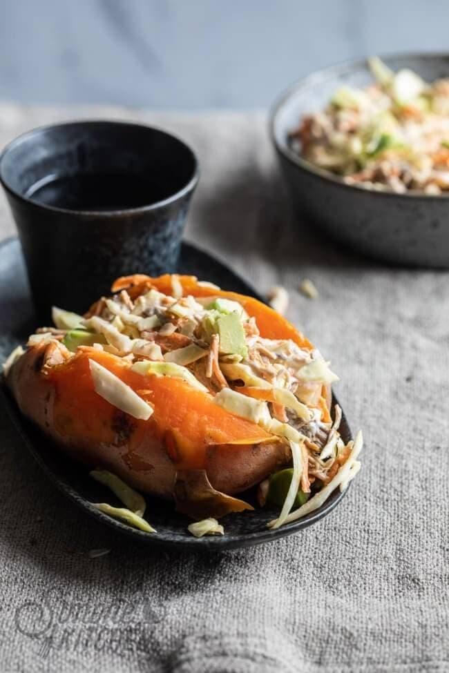 Gevulde zoete aardappel met pulled pork en koolsla | simoneskitchen.nl