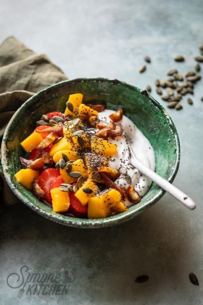 Smoothiebowl met mango, aardbeien en dadel #paleorecept #paleorecepten #lekkererecepten #makkelijkerecepten