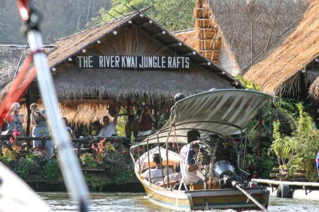 Slapen op de jungle rafts op de river kwai in Thailand