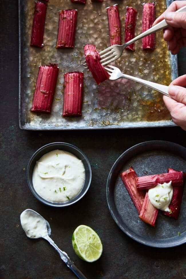 Geroosterde rabarber met limoen-creme fraiche