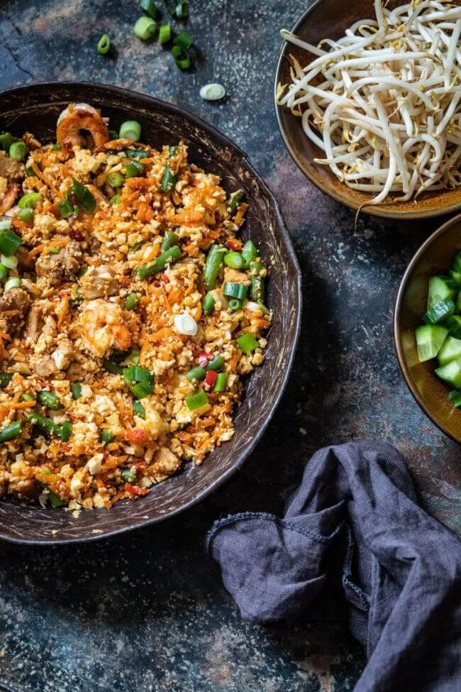 Wil je graag nasi goreng eten maar niet zoveel koolhydraten naar binnen werken? probeer dan zeker eens deze bloemkoolrijst nasi!