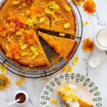 sinaasappel-amandeltaart met bloemen en yoghurt
