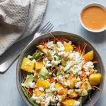 Snelle salade met feta, mango en avocado