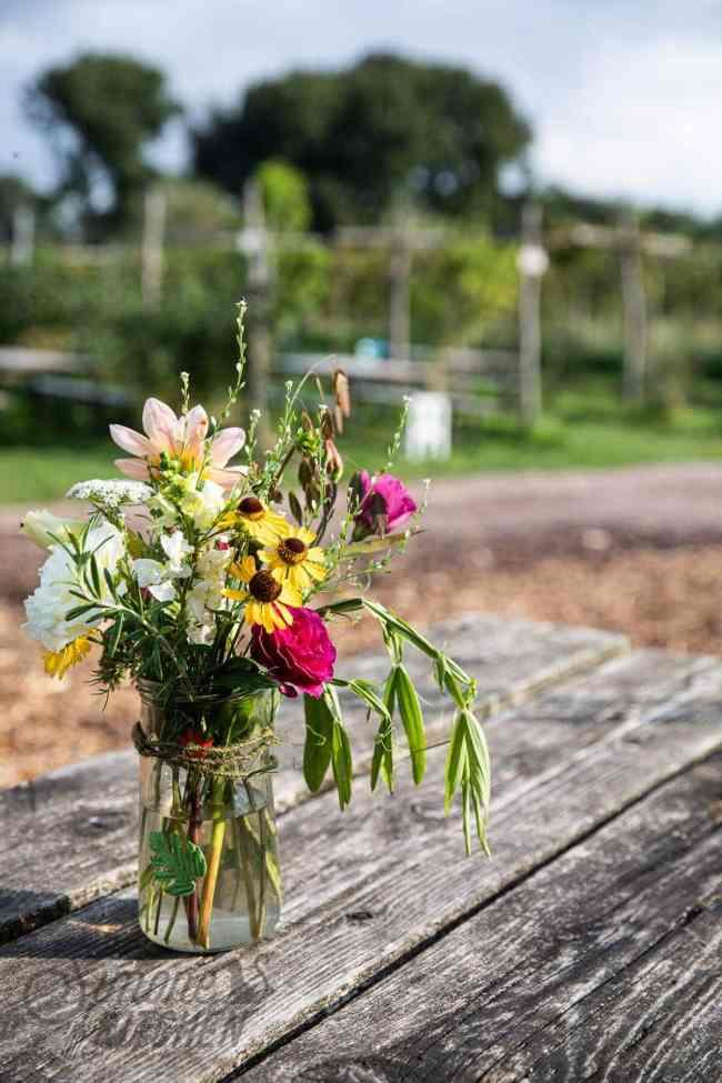 Bos bloemen op een houten tafel