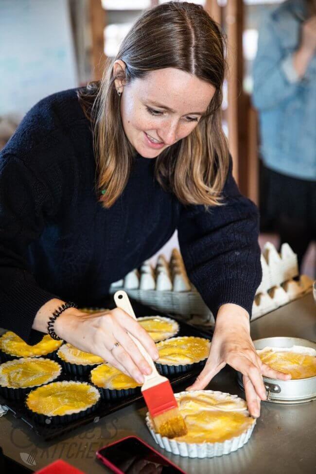 Vrouw die bezig is met koken