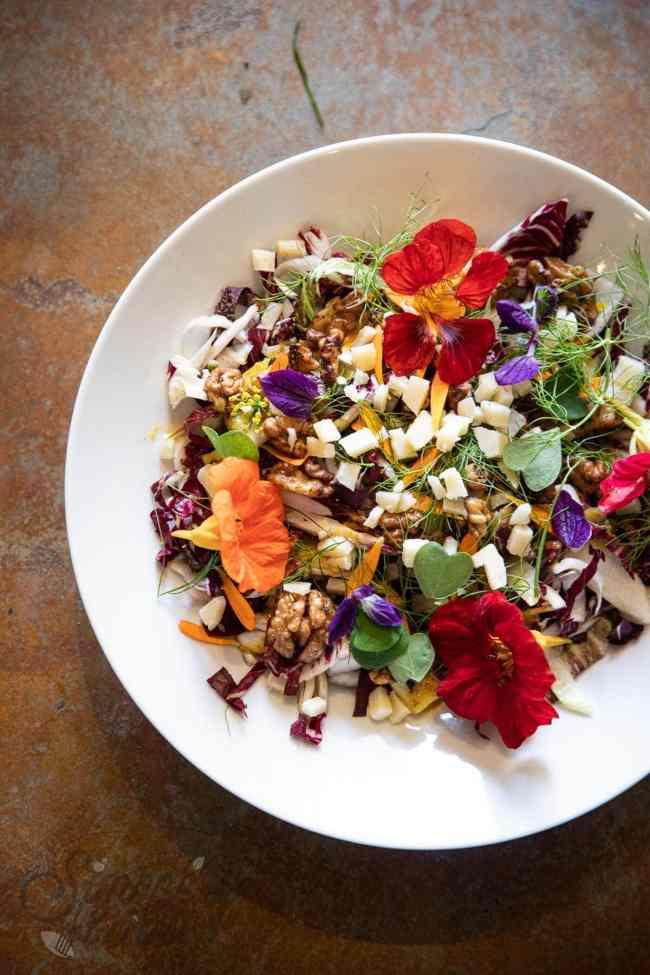 Mooi opgemaakt bord met een salade