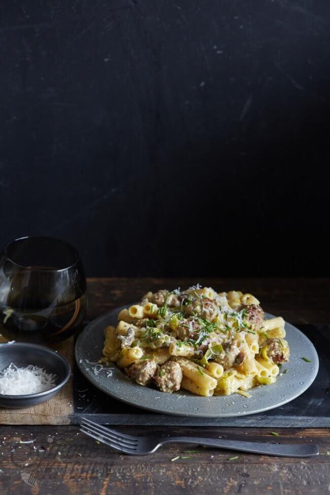 Snelle pasta met worst en pesto
