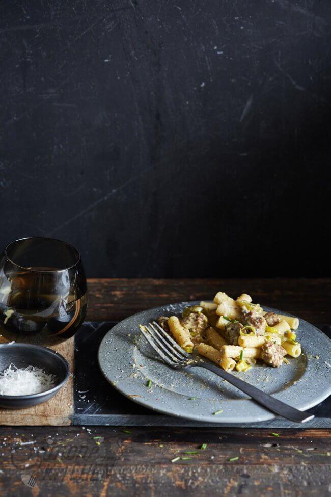 Snelle pasta met pesto en worst
