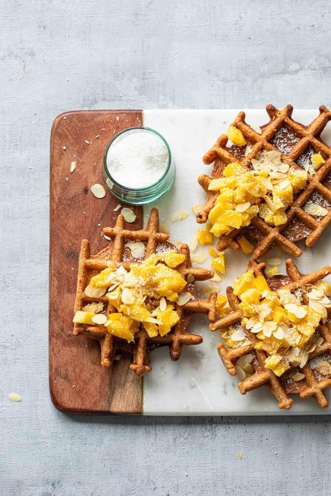 Glutenvrije wafels met mango en amandelschaafsel