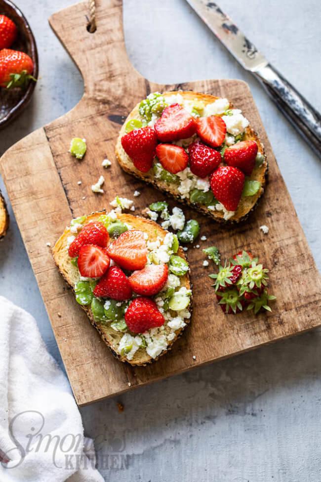 Toast met aardbeien en tuinbonen